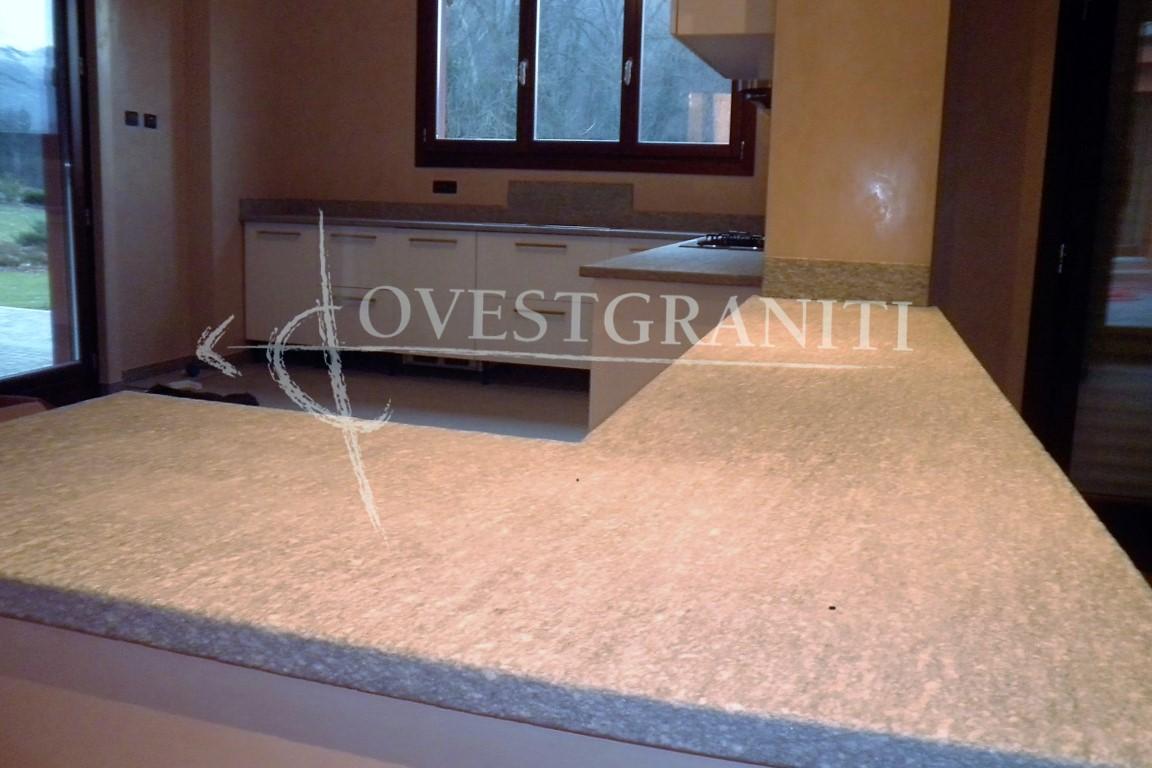 Ovest graniti piano fiammato cucine in pietra di luserna - Top cucina pietra naturale ...